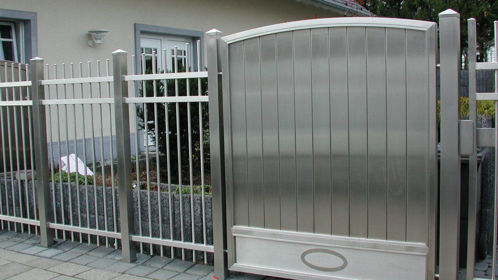 Zaun mit Türen